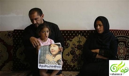 عکس دردناک از بوسه پدر و مادر آتنا بر قبر دخترشان