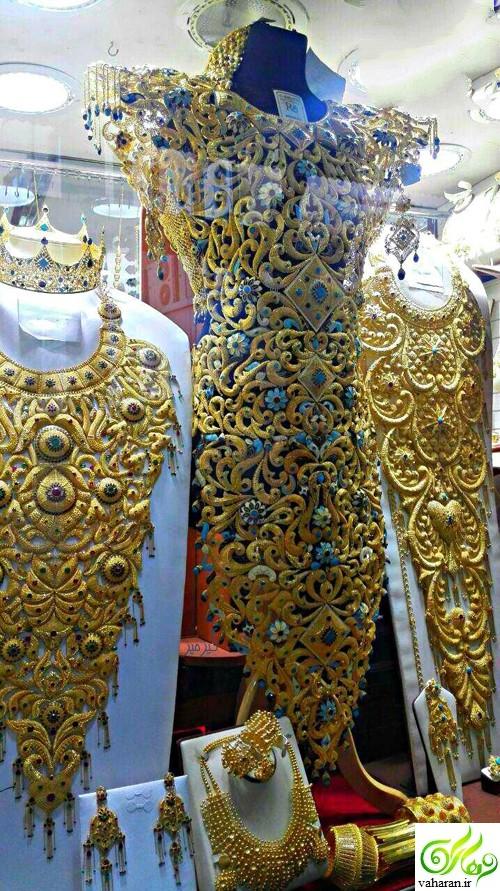 عکس لباس مجلسی از جنس طلا 24 عیار به قیمت 3 میلیارد در ویترین یک فروشگاه