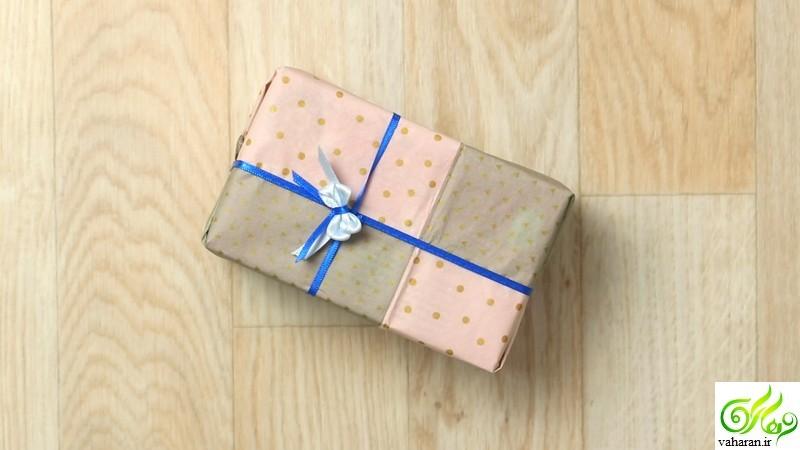 پاپیون تزیینی برای جعبه کادو,دوخت پاپیون تزیینی,ساخت پاپیون تزیینی,تزیین کادو,تزیین جعبه کادو,پاپیون تزیینی با چنگال,ساخت پاپیون با روبان